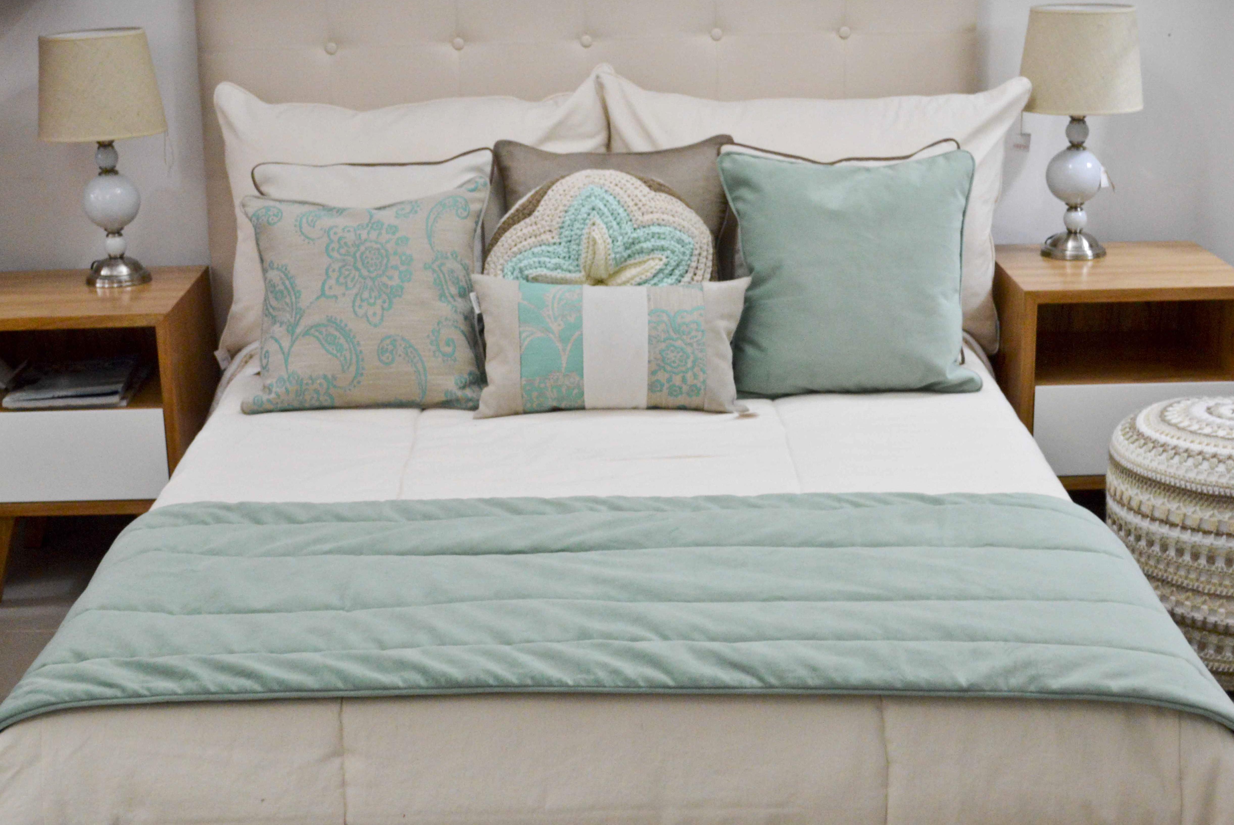 Piecera de cama de pana for Dormitorio verde agua